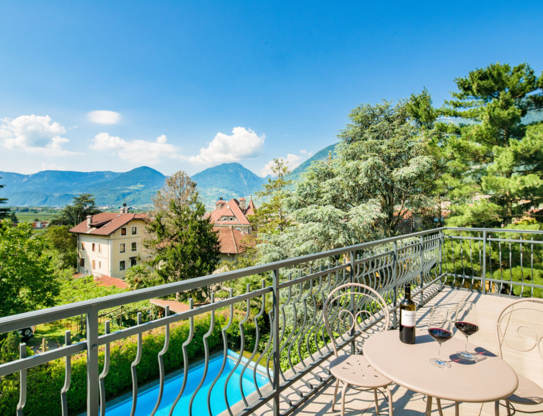 Hotel Villa Laurus Merano - 3 stars - view over the large garden with heated swimming pool