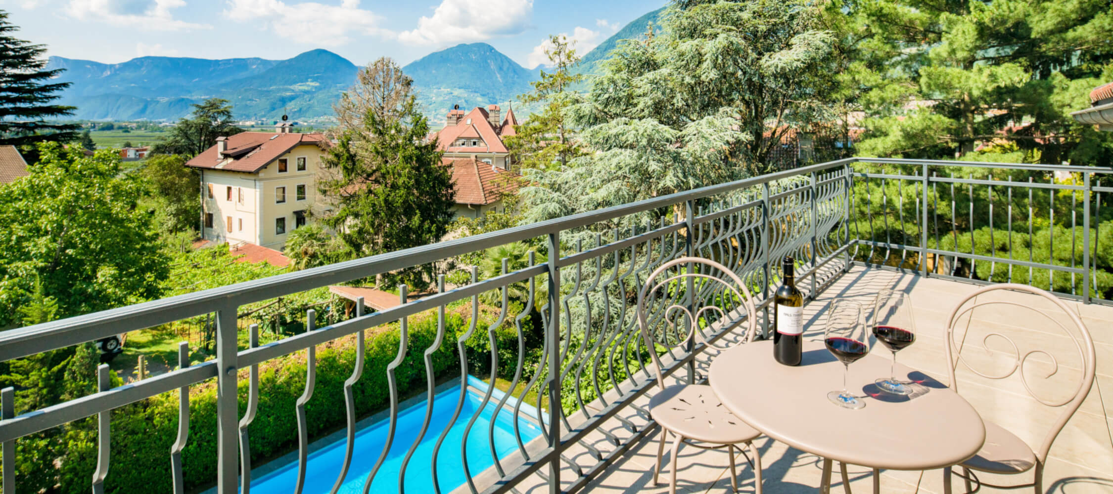 Hotel-Villa-Laurus-Merano-Wellness-Garten-Pool-Panorama-FlorianBusch-2-2250x1000