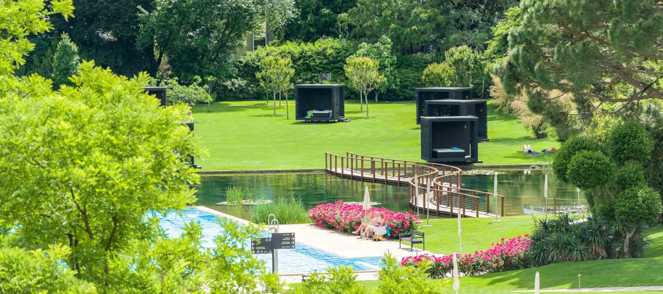 Italien-Trentino_Suedtirol_Alto_Adige_Merano_Meran_Therme_Pool_Aussen_Park_Relax_Lounges_48_AlfredTschager_2250x1000