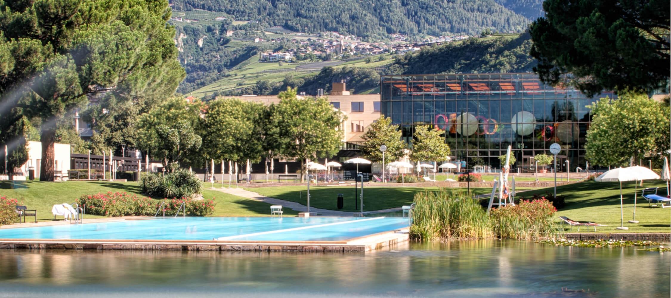 Italien-Trentino_Suedtirol_Alto_Adige_Merano_Meran_Therme_Pool_Aussen_Park_Wasser_8_AlfredTschager_2250x1000