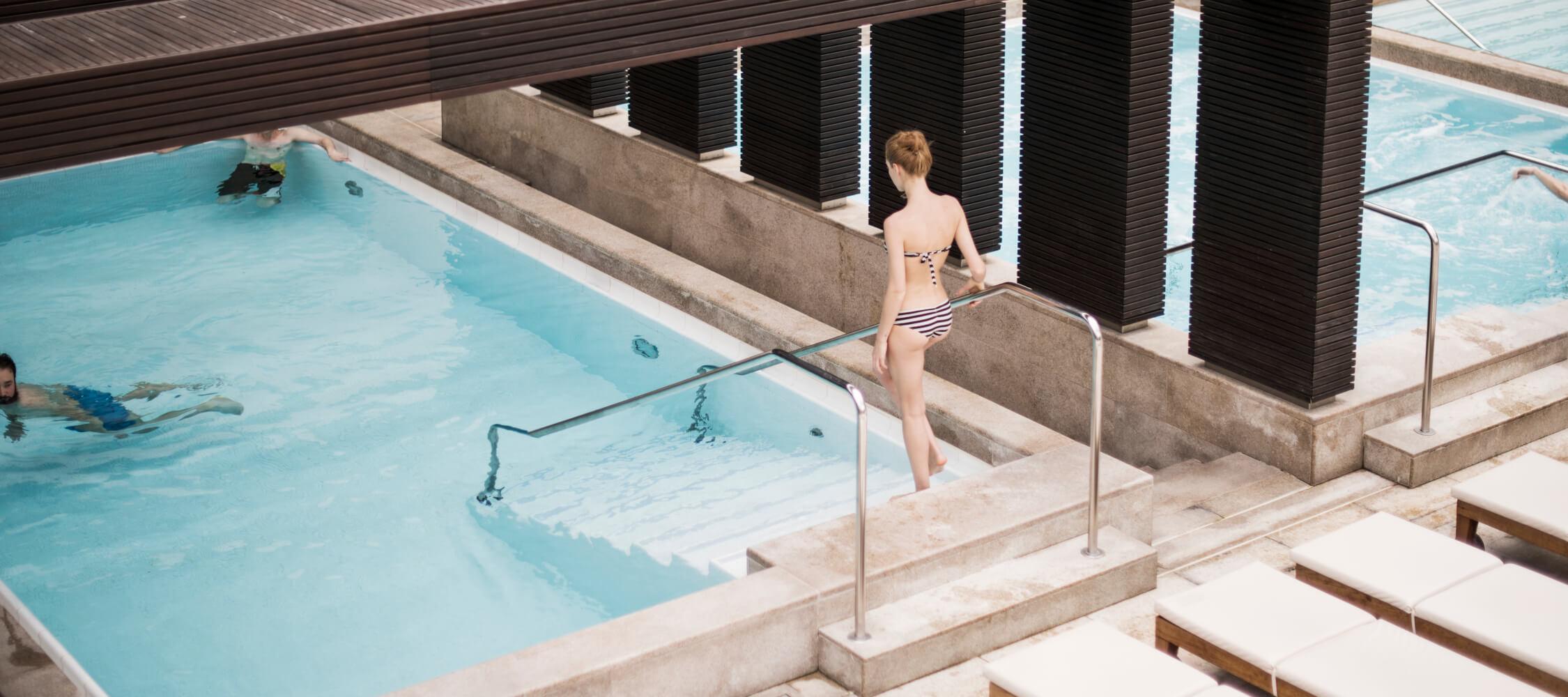 Italien-Trentino_Suedtirol_Alto_Adige_Merano_Meran_Therme_Pool_Badehalle_Schwimmbad_DSC4292_LucaMeneghel_2250x1000