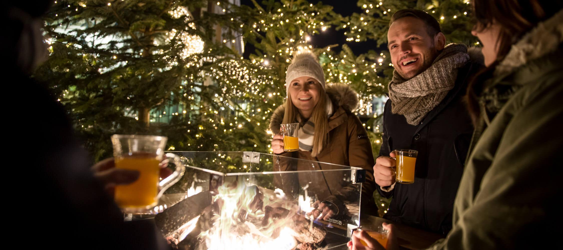 Italien-Trentino_Suedtirol_Alto_Adige_Merano_Meran_Weihnachtsmarkt_Glühwein_Feier_Drinks_Kurverwaltung_DSC2905_Alex_Filz_2250x1000