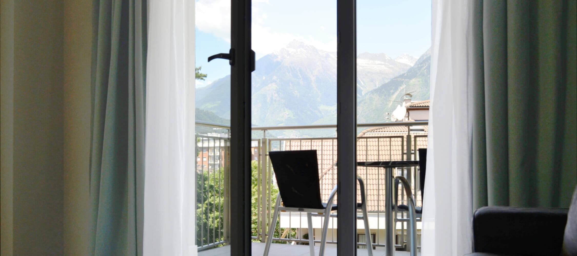 City_Hotel_Merano_Suite_City_2_Raum_Balkon DSC_0587_2250x1000