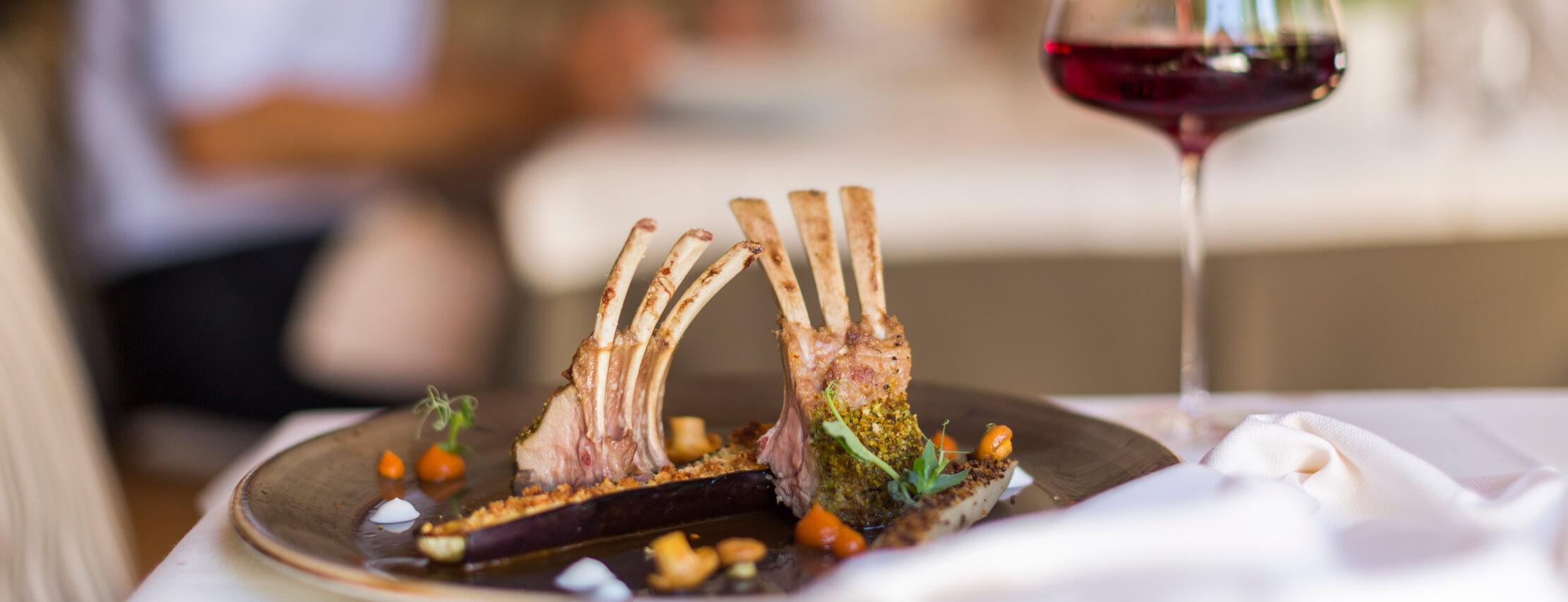Italien-Trentino_Suedtirol_Alto_Adige_Merano_Meran_Kulinarik_Restaurant_Dinner_Fleisch_IDM_MarionLafogler_mgm01327mala_2220x852